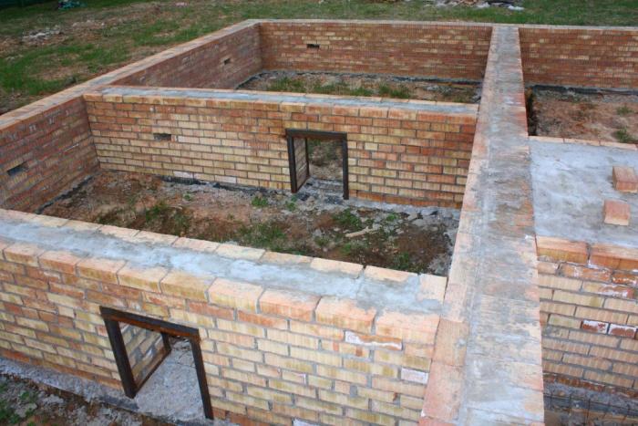 Строительство фундамента своими руками из кирпича