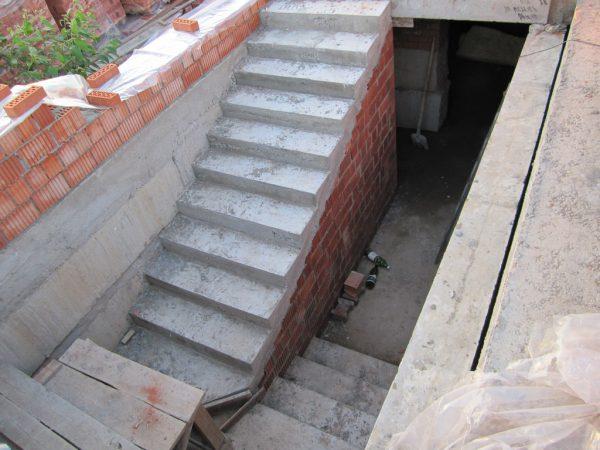 Лестница в погреб гаража