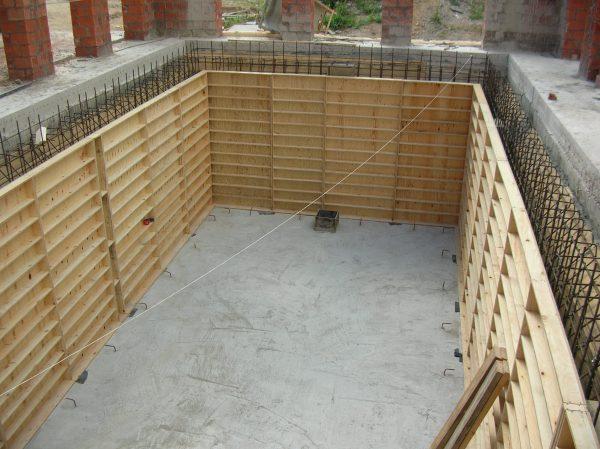 Армирование стен погреба